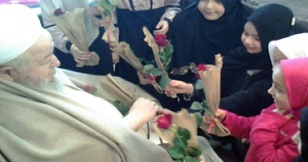 Kuran-ı Kerim`i hatmeden küçük kızlar Efendi Hazretlerimizi ziyaret edip duasını aldılar.